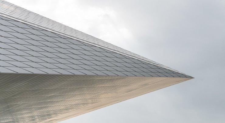 Grafika przedstawiająca fragment budynku Swiss Tech Convention Center wkształcie grotu strzały